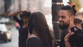 Pares románticos jovenes abrazarse en la calle El hombre y la mujer europeos hermosos se detienen, sonrisa feliz 4K almacen de metraje de vídeo