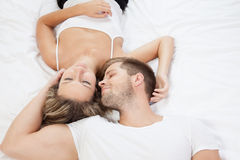 Pares románticos jovenes en cama Imagen de archivo libre de regalías