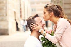 Pares románticos jovenes que enganchan a la ciudad fotos de archivo