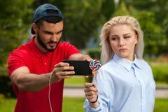 Pares románticos jovenes que hacen el selfie al aire libre Imagen de archivo