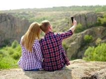 Pares románticos lindos que toman un selfie Turistas que toman las fotografías en un fondo natural Concepto de la juventud y de l imagen de archivo