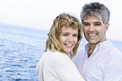 Pares románticos maduros en la costa Foto de archivo libre de regalías