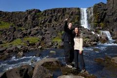 Pares románticos por una cascada Fotografía de archivo