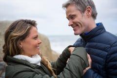 Pares románticos que abrazan en la playa Fotos de archivo libres de regalías