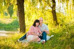 Pares románticos que abrazan en parque Fotos de archivo