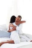 Pares románticos que abrazan en su cama Foto de archivo libre de regalías