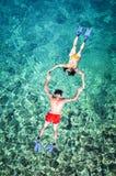 Pares románticos que bucean en Tailandia Imagen de archivo libre de regalías