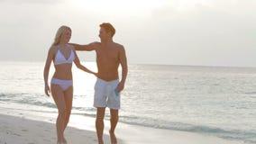 Pares románticos que caminan en la playa tropical hermosa almacen de metraje de vídeo
