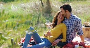 Pares románticos que comen un vidrio de vino en la granja verde oliva 4k metrajes