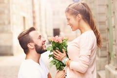 Pares románticos que consiguen enganchados a la ciudad imagen de archivo