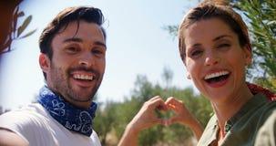 Pares románticos que forman una forma 4k del corazón almacen de metraje de vídeo