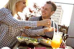 Pares románticos que gozan en el restaurante imagenes de archivo
