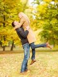 Pares románticos que juegan en el parque del otoño Foto de archivo