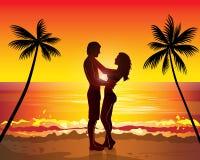 Pares románticos que se besan, árbol de palmas exótico de la puesta del sol Imagen de archivo