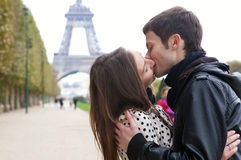 Pares románticos que se besan cerca de la torre Eiffel Imagen de archivo