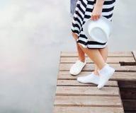 Pares románticos que se besan en el embarcadero cerca del lago en día de verano caliente Foto de archivo libre de regalías