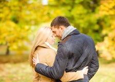 Pares románticos que se besan en el parque del otoño Foto de archivo libre de regalías