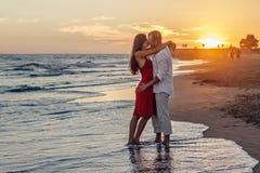 Pares románticos que se besan en la playa Fotografía de archivo libre de regalías