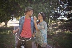 Pares románticos que se colocan con la bicicleta Fotografía de archivo libre de regalías