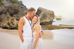 Pares románticos que se colocan en la playa Fotos de archivo