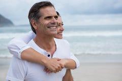 Pares románticos que se colocan en la playa Imagenes de archivo