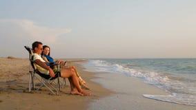 Pares románticos que se relajan en ociosos en la playa almacen de video