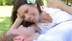 Pares románticos que se relajan en parque junto metrajes