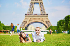 Pares románticos que tienen cerca de la torre Eiffel en París Foto de archivo libre de regalías