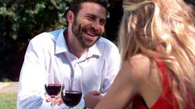 Pares románticos sonrientes que disfrutan de la comida almacen de video