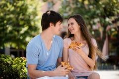Pares románticos sonrientes que miran en uno a Fotografía de archivo libre de regalías
