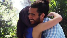 Pares románticos sonrientes que se abrazan metrajes