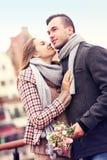 Pares románticos una fecha imagen de archivo