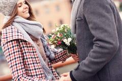Pares románticos una fecha con las flores fotos de archivo