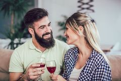 Pares românticos bonitos que têm momentos românticos, vinho tinto bebendo Fotografia de Stock Royalty Free