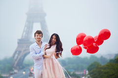 Pares românticos com balões vermelhos junto em Paris Imagem de Stock