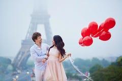 Pares românticos com balões vermelhos junto em Paris Fotos de Stock