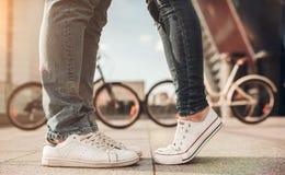 Pares românticos com bicicletas imagem de stock royalty free