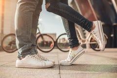 Pares românticos com bicicletas foto de stock