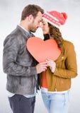 Pares românticos com cara a cara guardar o coração Fotos de Stock Royalty Free