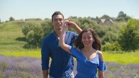 Pares românticos de sorriso que relaxam na natureza do verão vídeos de arquivo