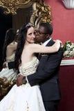 Pares românticos do casamento da forma do vintage no hotel Fotos de Stock
