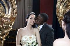 Pares românticos do casamento da forma do vintage no hotel Fotografia de Stock