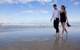 Pares românticos do homem e da mulher que andam em uma praia Fotografia de Stock Royalty Free