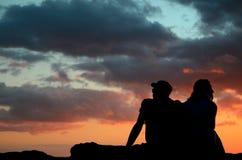 Pares românticos do por do sol Fotos de Stock