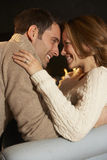 Pares românticos do retrato na frente do fogo Imagens de Stock Royalty Free