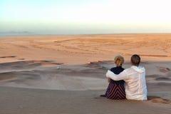 Pares românticos em Namíbia fotografia de stock