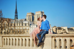 Pares românticos em Paris, França foto de stock royalty free