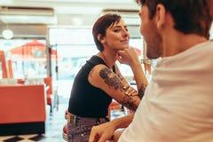 Pares românticos em um restaurante que olha se foto de stock royalty free