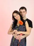 Pares românticos encantadores com flor Fotos de Stock Royalty Free