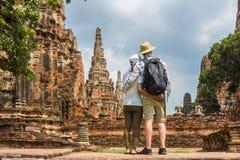 Pares românticos, europeu e asiático, abraçando-se em ruínas do templo velho Foto de Stock Royalty Free